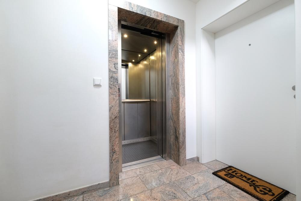 Hausflur mit Aufzug